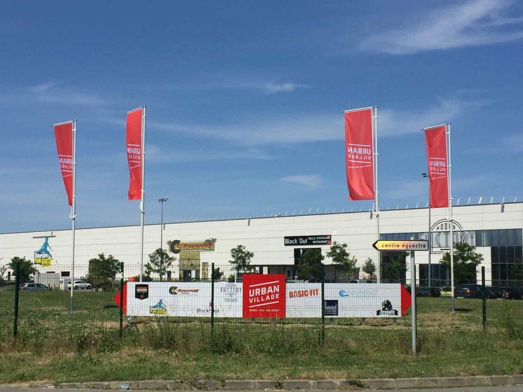 drapeau sur mât signalétique exterieure pour entreprise à Toulouse