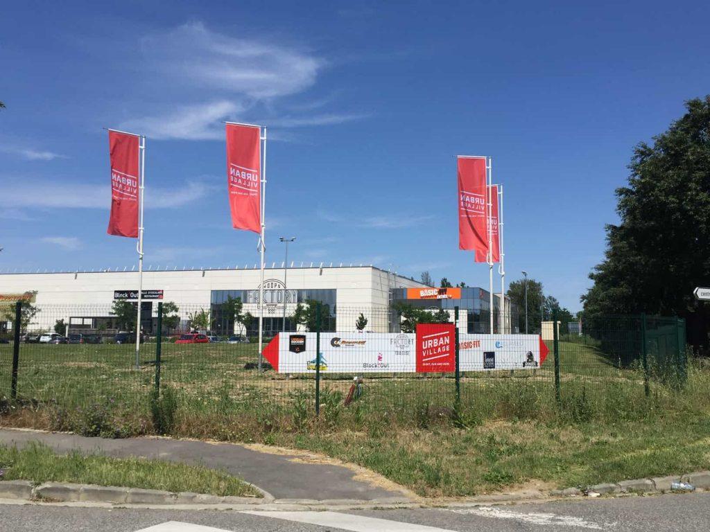 Signalétique extérieure pour entreprise drapeau sur mâts à Toulouse